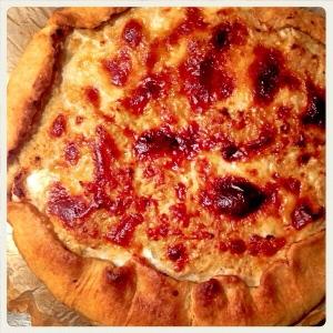 Torta salata con pasta al vino ripiena di cavolfiore, ricotta e parmigiano.