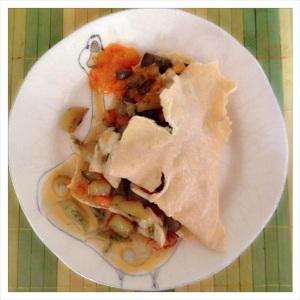 Pane pistoccu con straccetti di pollo in padella con verdure e aggiunta di salsa spazzavento.