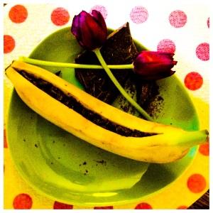 Ovvero: incidete la banana (con la buccia) per il lungo e infilate tanti pezzettini di cioccolata nell'incavo.